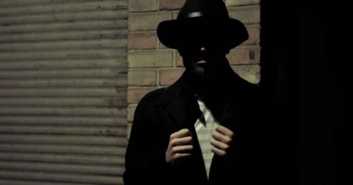 Imagem de homem aparentando ser um espião